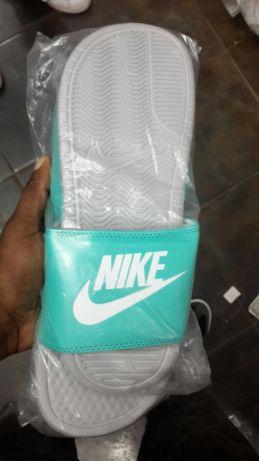c80a1d6222 Chinelo Nike Benassi Green Bairro do Mavalane - imagem 1