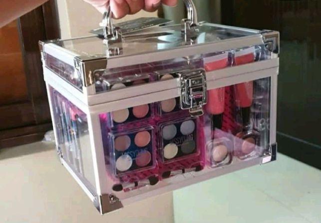 Vendo maleta com kit completo de make up Alto-Maé - imagem 1