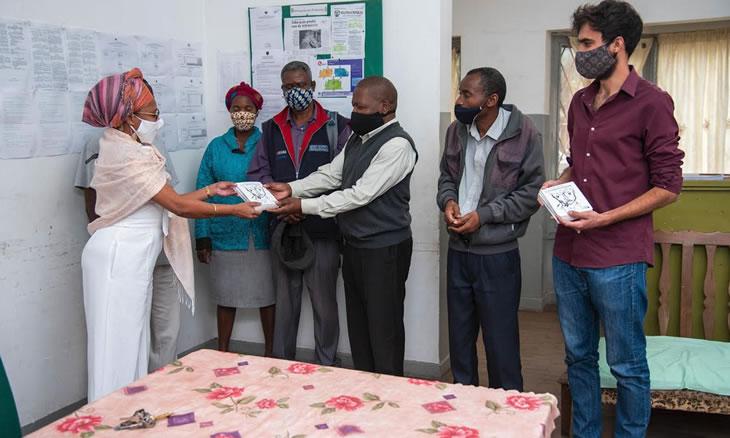 Trinta Zero Nove granjeia leitores na Escola para surdos e na Associação de Cegos